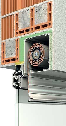 Este sistema permite isolamento termico eficaz, uma janela que se pode aproximar da fachada e em termos de segurança a caixa de estore encontra-se protegida. Apenas tem como senão deixar os vidros acessíveis. Parece-me o ideal para o atelier no piso 1.