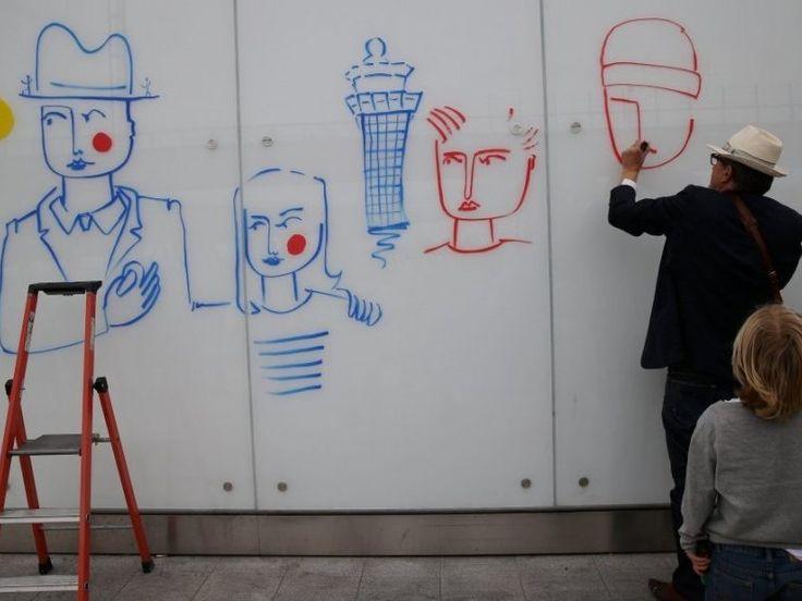Le 28 juillet 2015, le createur de mode Jean-Charles de Castelbajac a realise des dessins dans divers endroits de l'aeroport d'Orly.