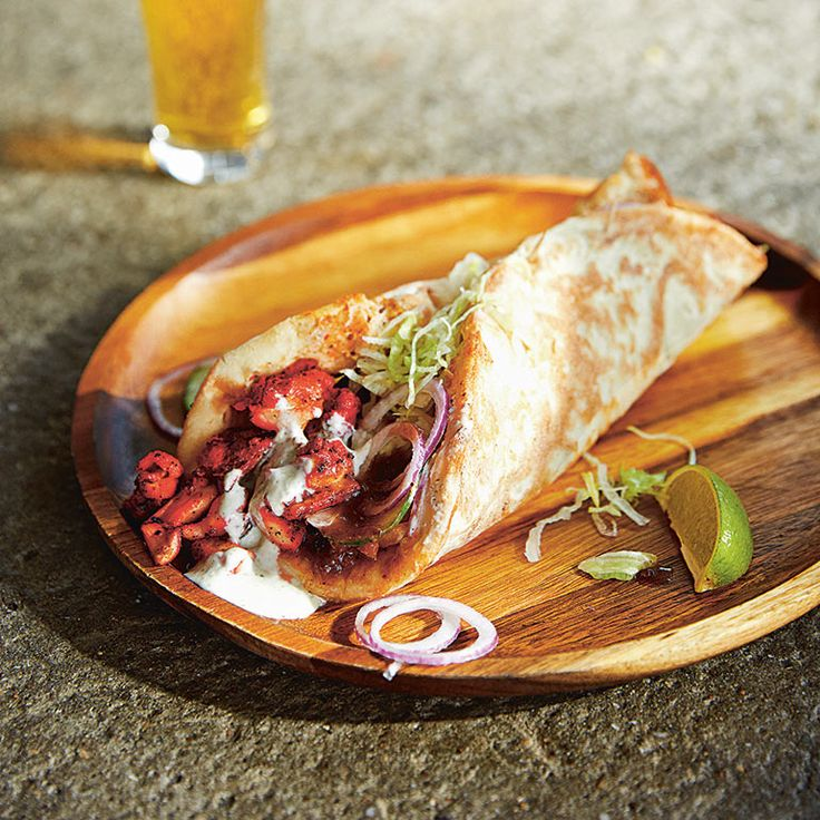 Dit traditioneel Pakistaanse recept wordt eigenlijk grotendeels klaargemaakt in een tandoor oven. Wij geven je het recept om het thuis in eigen keuken te bereiden!    1 Meng de rode peper, knoflook en gember met alle kruiden en specerijen plus...