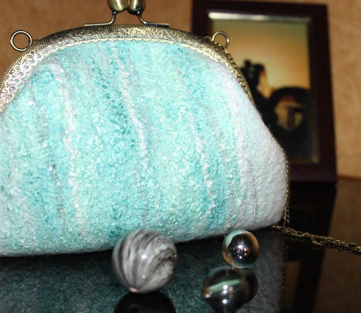 Решила поучаствовать в конкурсе «Свадебный бум» и буду очень рада, если вы поддержите меня кнопочкой «Нравится». Заранее всем благодарна!:) Сумочку с фермуаром мы будем валять для мятной свадьбы. Очень нежное сочетание белого и мятного порадует романтичную невесту! Для создания сумочки нам понадобится: - 50 г шерстки (я испол�%