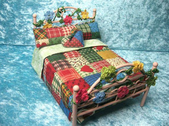 Cama con edredon patchwork estilo country - Miniaturas para casas de muñecas escala 1:12