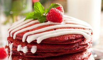 Kırmızı Kadife Pancake Tarifi ismine bakınca göz korkutabilir. Kadife filan ne oluyoruz diye düşünebilirsiniz. Ancak bu tarife kadife sıfatı yumuşacık olmasından dolayı eklenmiş. #kırmızı #kadife #pancake #pankek #red #velvet #sevgililer #günü #yemekleri #tatlıları #pratik #tatlı #tarifleri #fransız #tarifleri #tatlı #leziz #değişik #tarifler #tarifi