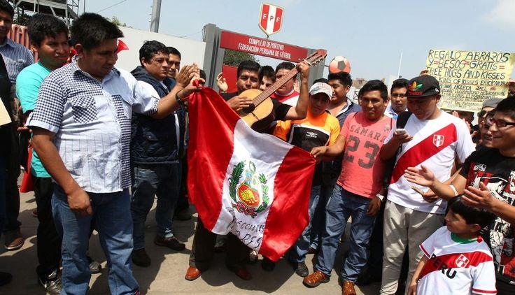 Perú vs. Chile: hinchas de la bicolor hacen la fiesta en las calles de Lima. Octubre 13, 2015.
