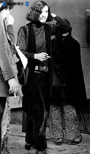 街で見かけた典型的な68年のヒッピー族の服装=1968(昭和43)年12月