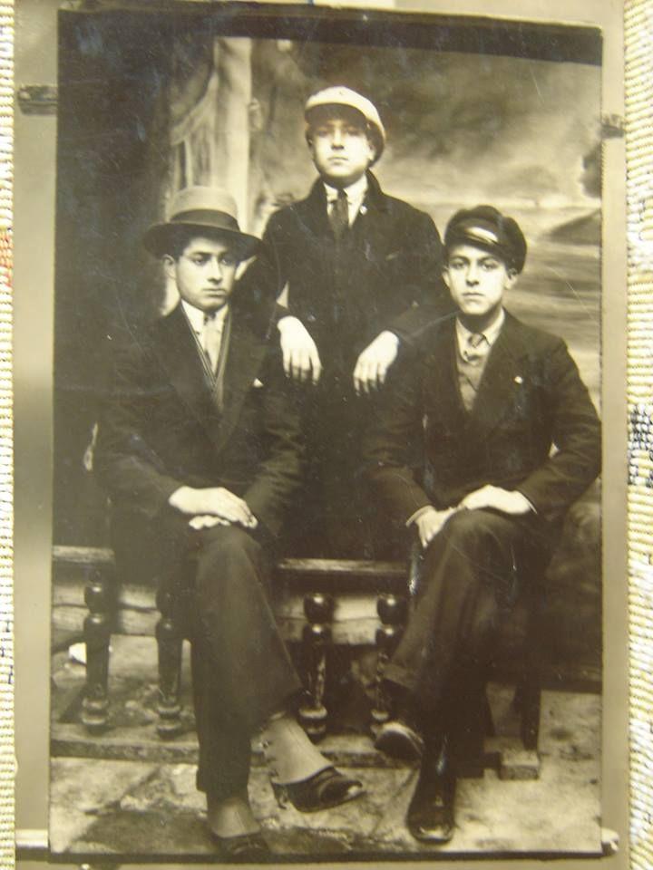 Yıl 1928 veya 29 olmalı.Şapka kanunundan sonra İstanbul'lu gençler.