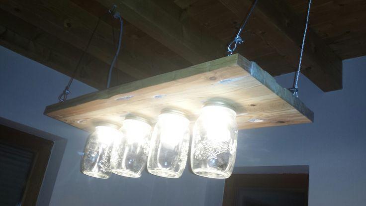 4 E14 Baustellenfassungen mit LED Birnen. Die Aufhängung erfolgt mit einem Stahlseil.  Das Holz ist Kiefer, Buche und Birke, selbst gesägt und geleimt.