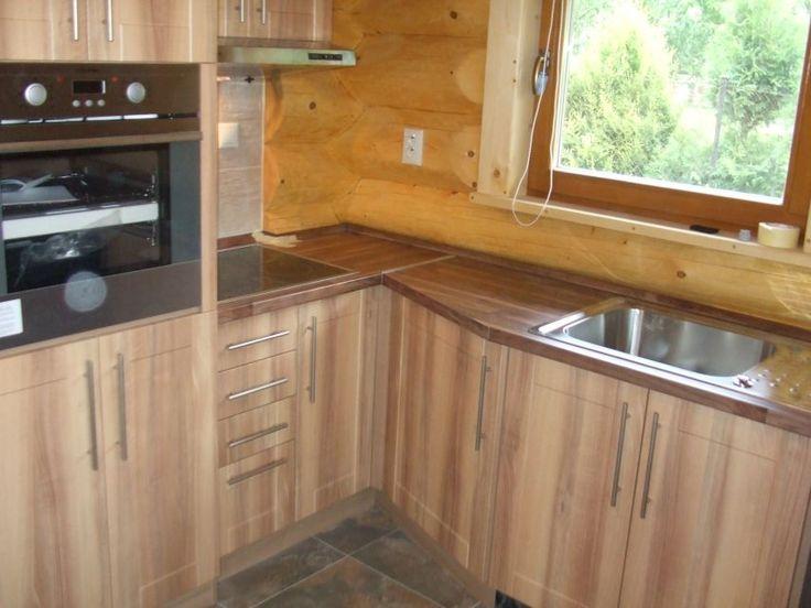 Kuchynská linka pod oknom