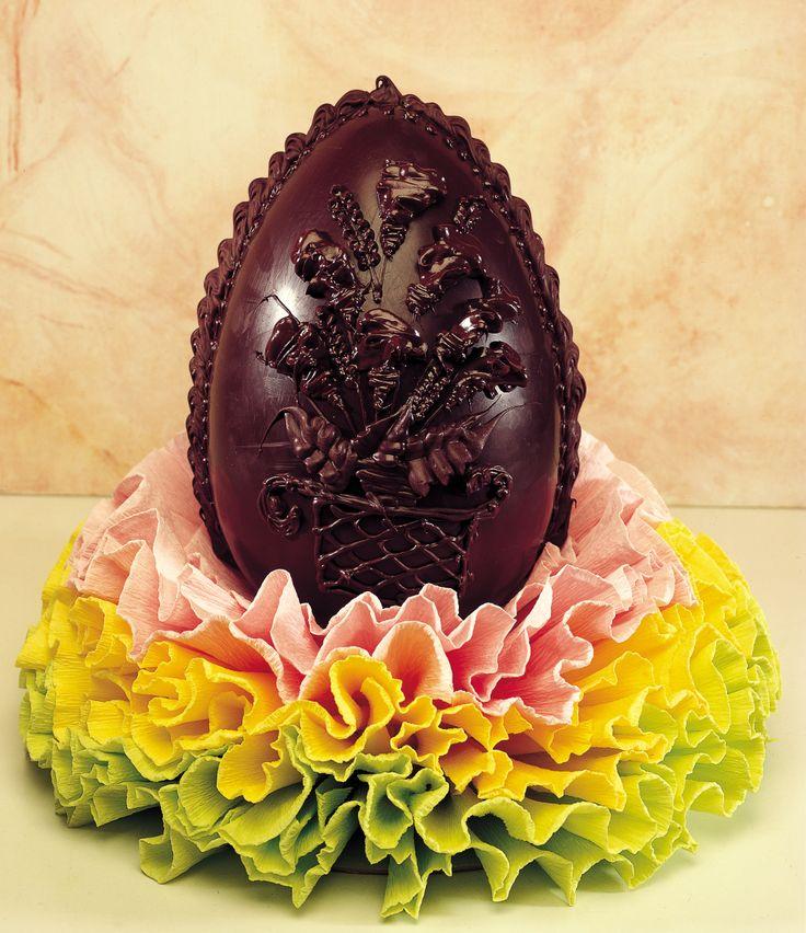 Preparare a casa un uovo di Pasqua di cioccolato fondente
