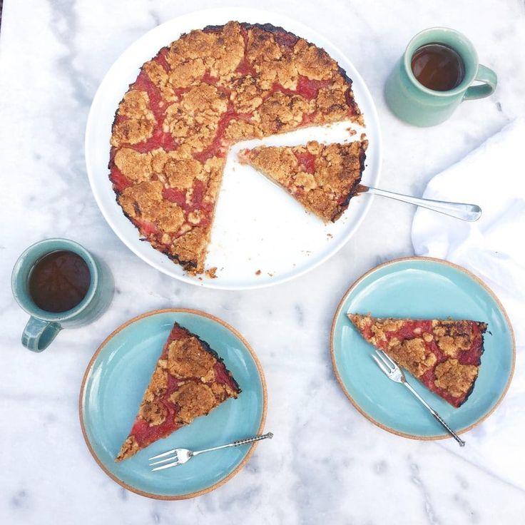 Deze rabarber crumble havermout taart is niet alleen ontzettend makkelijk maar deze crumble (zonder ei) is ook heel makkelijk te maken. De rabarbercompote..