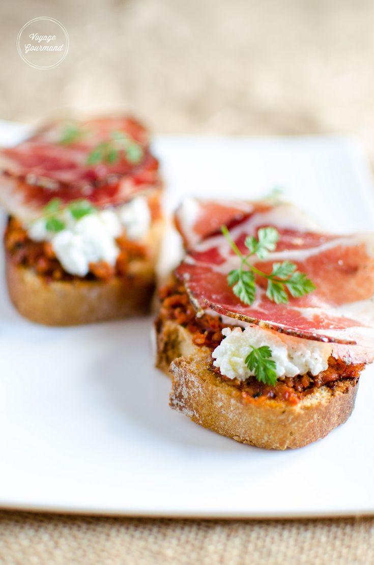 Tartine Corse au brocciu frais, coppa et pesto rouge de tomates séchées | Voyage Gourmand