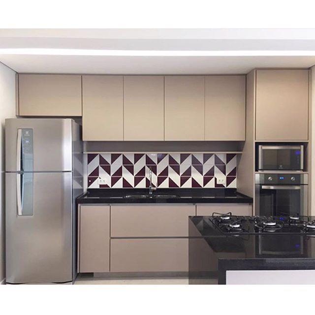 Lurca Azulejos | Azulejos Raiz Roxa no projeto do @arquiteturavm | Raiz - Ceramic Tiles // Shop Online www.lurca.com.br #azulejos #azulejosdecorados #revestimento #arquitetura #reforma #decoração #interiores #decor #casa #sala #design #cerâmica #tiles #ceramictiles #architecture #interiors #homestyle #livingroom #wall #homedecor #lurca #lurcaazulejos