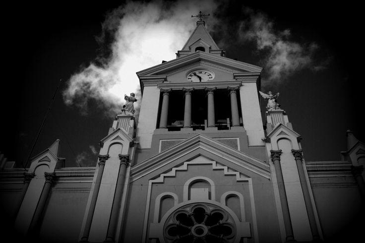 """—Ese señor cura, estaba tan, pero tan nervioso de bautizarme, ¡a mí!, el primogénito de don Leobardo Díaz. Resulta que el tal padrecito vivales, se levantó desde muy temprano, para que nadie lo viera (cosa que nunca hacía, es más, ese viejo no sabía lo que significa la palabra temprano), a lavar con sumo cuidado, la bendita pila con la que me iba a bañar... Foto: """"La Iglesia"""", Vilcabamba; Loja,Ecuador por edudelcorral"""