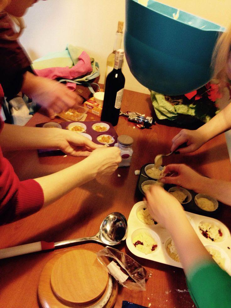 Pracujemy nad świątecznymi muffinkami z białą czekoladą, skórką pomarańczy i żurawiną:) mniam