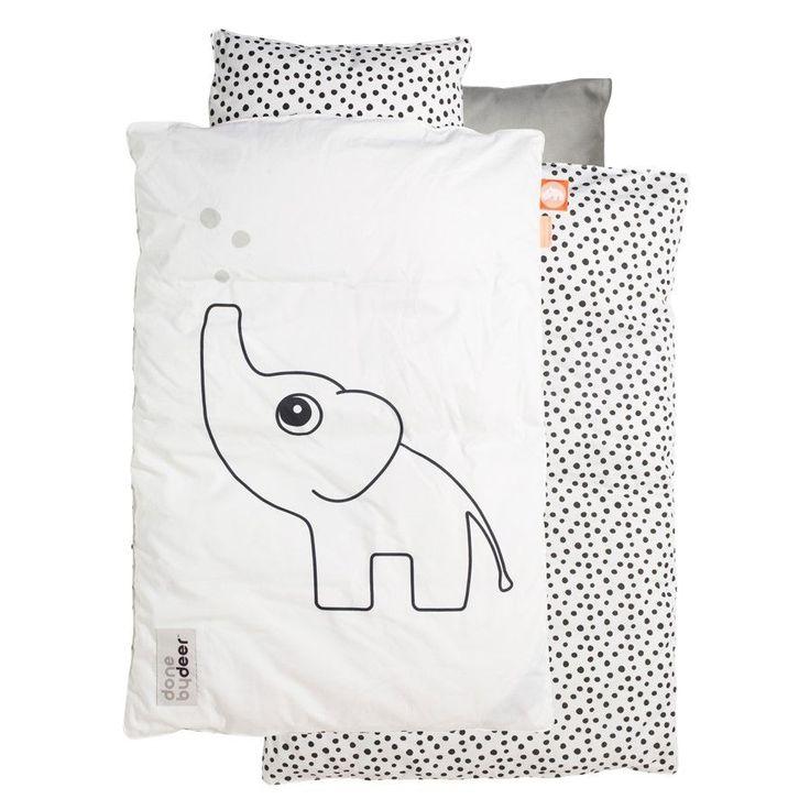 Utrolig lækkert sengetøj fra Done bydeer. Sengetøjet er lavet i flotte sorte og hvide farver, på smørblødt Oeko-tex certificeret bomuld.   Sengetøjet er lavet i hvide, grå og sorte nuancer, med en sød elefant på den ene side og sorte prikker på den anden side. Sengetøjet lukkes med lynlås og består af et dynebetræk og hovedpudebetræk.   Mål: 70 x 100 cm   Materiale: 100% bomuld.