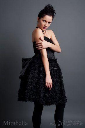 http://d26q0ci72dozhp.cloudfront.net/955-thickbox/mirabella-czarna-sukienka-wieczorowa-z-falbankami-z-koronki.jpg