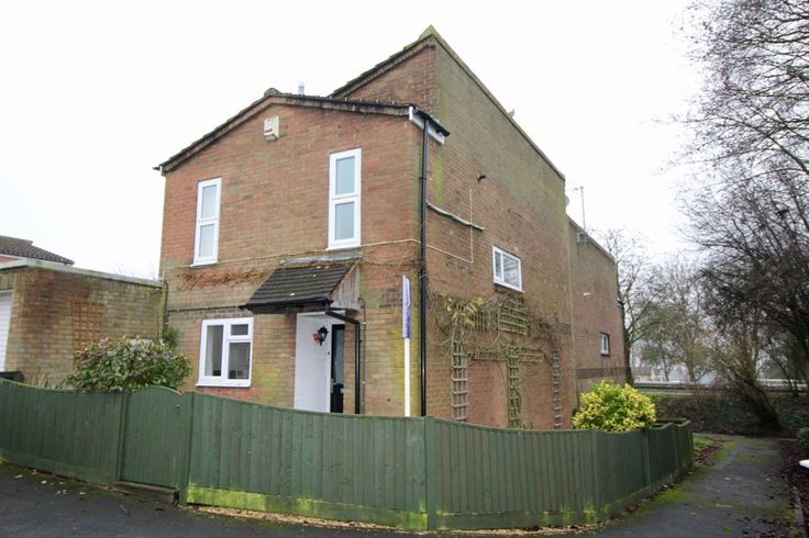 OOGU is pleased to offer to the market this 3 bedroom semi-detached home situated in the Cressex area of High Wycombe. The accommodation comes with a good sized living / dining, kitchen with appliances, 3 bedrooms, bathroom, and a downstairs WC. Kitchen