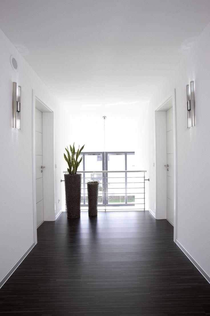 der dunkle boden bildet einen harmonischen kontrast zum sonst hellen flur - Farbakzente Interieur Einfamilienhaus