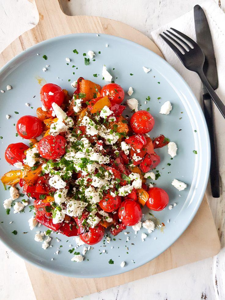 Deze warme salade met gegrilde paprika en feta zit bomvol groente en is ontzettend lekker! Er komt geen blaadje sla aan te pas bij deze salade: hij bestaat uit stukjes gegrilde paprika, meegebakken tomaatjes die daardoor lekker zoet worden en wat zilte verkruimelde feta. Wat fijngesneden verse munt en eventueel wat tzaziki zorgen voor een lekkere frisse noot. Je kunt met deze verrukkelijke salade alle kanten op: eet hem als lunch of maak er een lekkere hoofdmaaltijd van door de salade te…