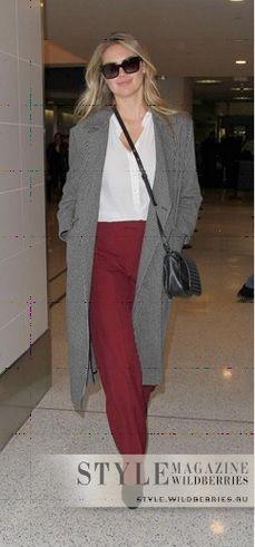 Красные брюки, белый верх, серый пиджак, серые туфли