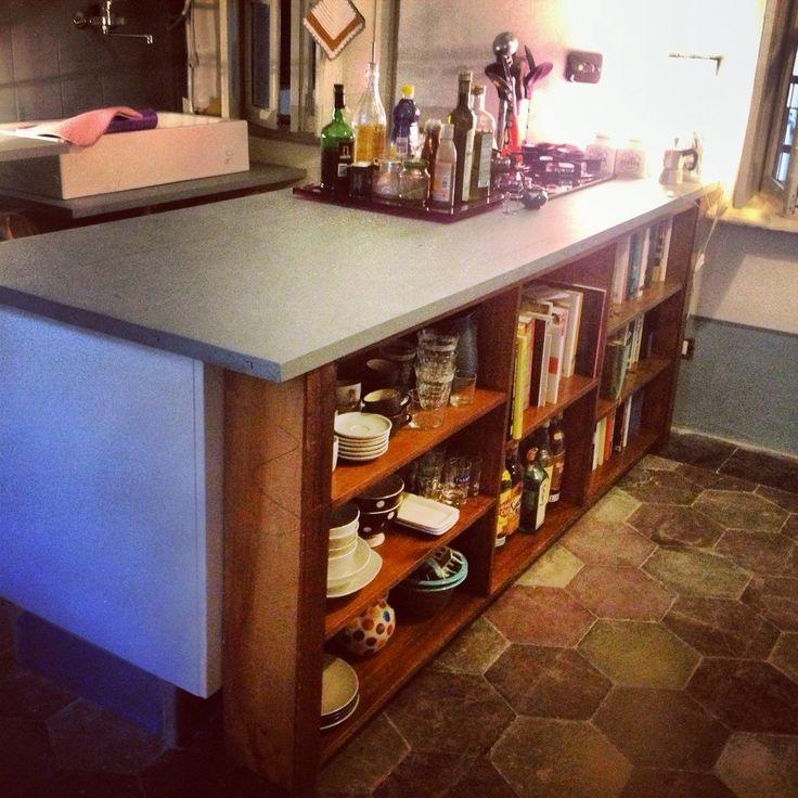 Per una cucina originale ed economica, assi da ponteggio colorate a pennello che poggiano su mobili da cucina e la libreria posta davanti da un tocco caratterizzante. Adatto per qualsiasi cucina