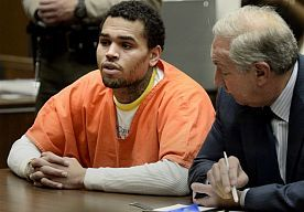 24-Oct-2014 12:11 - TAAKSTRAF CHRIS BROWN VERLENGD. De taakstraf van Chris Brown is verlengd. Hij moet nu vier dagen in de week, acht uur per dag, zijn taakstraf uitvoeren. Dat heeft de 25-jarige zanger volgens TMZ donderdag te horen gekregen van de rechter in de Rihanna-zaak uit 2009.