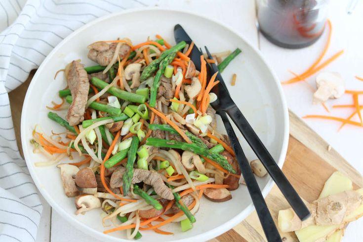Een slank roerbak recept met biefstuk en vier soorten groente. Het gerecht staat ook nog eens binnen 10 minuten op tafel.