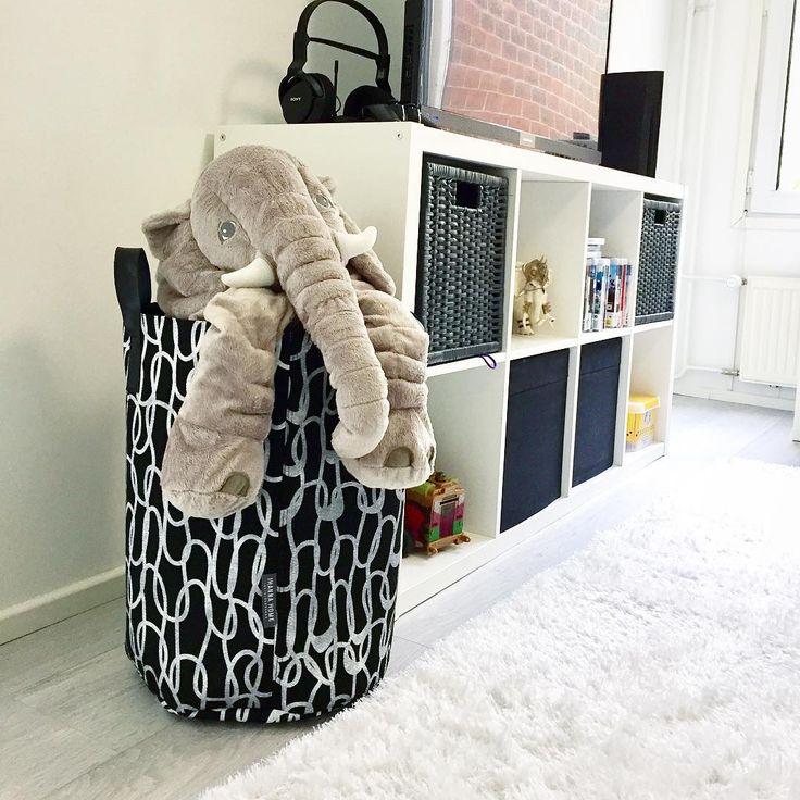 Vilikkalan Kotisäkkien designmalliston suurin koko #Loops vetää 45 litraa ja sopii hienosti vaikka lelujen säilytykseen. 👍#kotisäkki #vilikkala #säilytysäkki #designsäkki #lelusäkki #ihannahome #sisustus #säilytysratkaisu #kierrätyshuopa @vilikkala