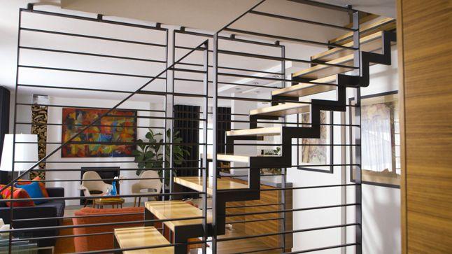 Le métal est un matériau prisé des designers d'aujourd'hui.  Il est malléable et on peut en faire ce que l'on veut; que ce soit en modifiant sa forme, son fini et même sa couleur. Il sert habilement à soutenir les structures de vos espaces et même à y intégrer les luminaires.