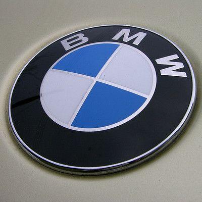 Skąd pochodzi firma BMW? Z Bawarii.  Błękitno-biała szachownica na logo firmy pochodzi z flagi Bawarii. BMW to akronim od Bayerishe Motor Werke.