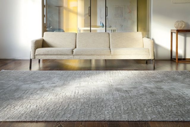 'Maestro Matrix - Moonbeam' by Limited Edition. Maestro is made out of wool and silk. | www.le.be | Collection 2015 #bespoke #rugs #carpets #madeinbelgium #soft #grey #tufted