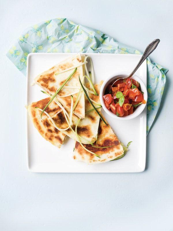 1. Tomatensalsa: snij de tomaten en zongedroogde tomaten in kleine stukjes. Snij de basilicum en peterselie fijn. Meng de kruiden onder de tomaten. Voeg het citroensap en de olijfolie toe. Kruid met peper en zout. 2. Pers de look en meng onder de mascarpone. 3.
