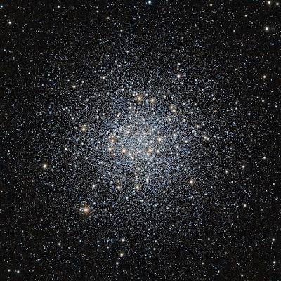 En esta nueva imagen de Messier 55, obtenida con el telescopio infrarrojo de sondeo VISTA, podemos ver decenas de miles de estrellas apelmazadas cual enjambre de abejas. Además de estar concentradas en un espacio relativamente pequeño, estas estrellas son de las más viejas del universo.