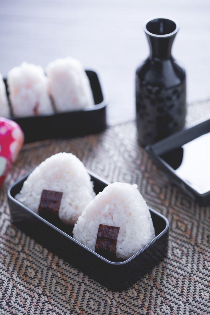 Onigiri: sicuramente li avrai già visti in qualche anime. Semplici e nutrienti, sono uno dei piatti tipici della schiscetta in Giappone. [Japan onigiri]