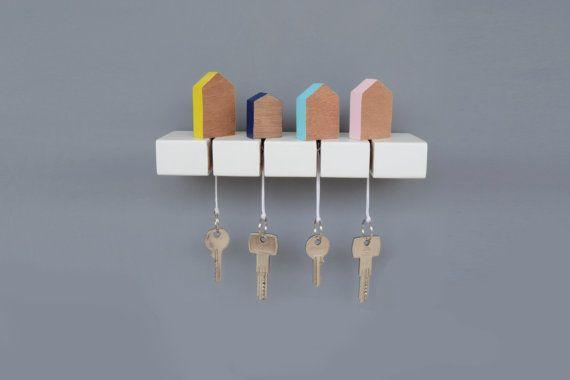 Hölzerne Schlüsselhalter mit wenig Häuser Schlüsselbund, komplett handgefertigt!  Eine Deko-Idee für Ihr Zuhause oder Ihr Büro, die Ihre Schlüssel zu organisieren und geben einen elegante und minimalistische Stil zu Ihrem Platz. __________________________ Abmessungen  Wichtigsten Rack: L 23,5 cm x H 3 cm x W 6, 3cm/L 9,2 Zoll x H 1,2 Zoll x W 2,4 Zoll  Häuser variieren von 3 bis 3, 5cm (1,2 bis 1,3 Zoll) in der Länge, 4cm, 5, 8cm (1,5 bis 2,3 Zoll) in Höhe und Breite 1,5 cm (0,6 Zoll)…