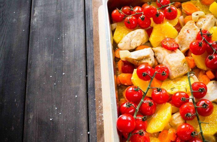 Ugnsrostad apelsin- och sesamkyckling med tomat och morötter