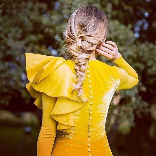Debo confesar que no soy nada fan del amarillo, vaya que no me gusta nada de nada. Pero este vestidazo de @fernandoclarocostura me ha hecho cambiar de opinión!!! http://gelinshop.com/ipost/1517413911615123648/?code=BUO7-m7DjDA