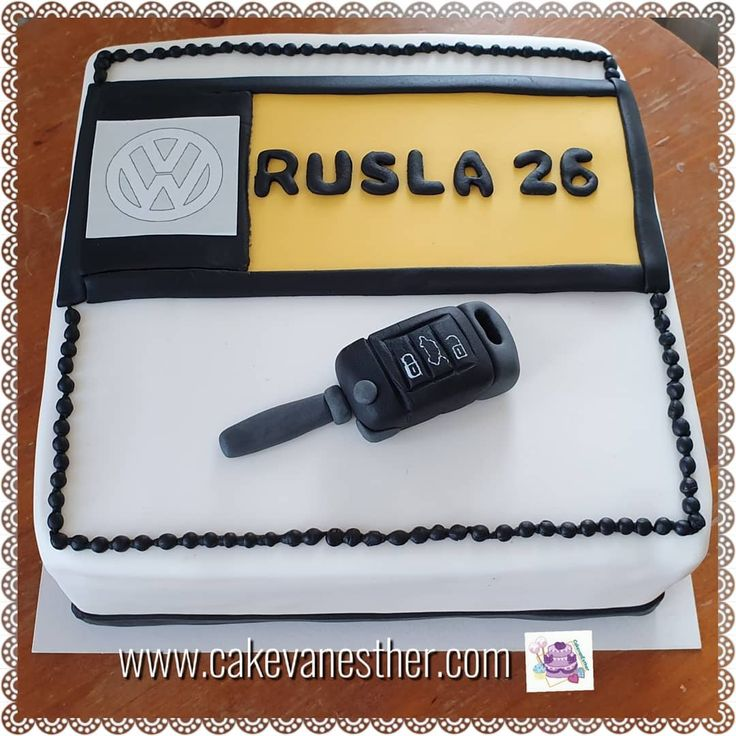 Voor de 26 jarige Rusla een vierkante taart voor zijn verjaardag. Gefeliciteerd …