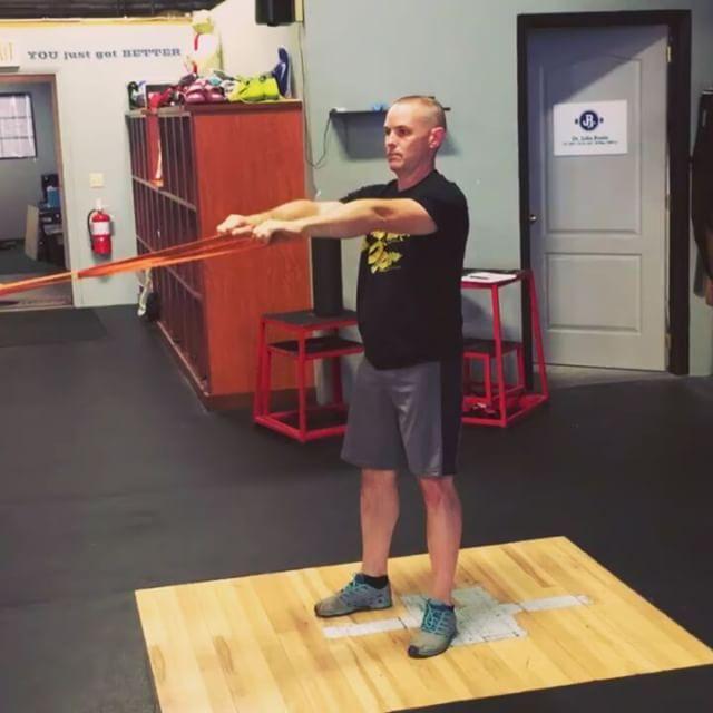 упражнение для осанки, которое укрепляет мышцы - плечевого пояса сзади и верха спины.