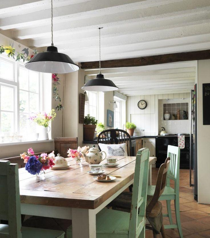 salle à manger élégante campagne chic avec chaises en vert et table en bois