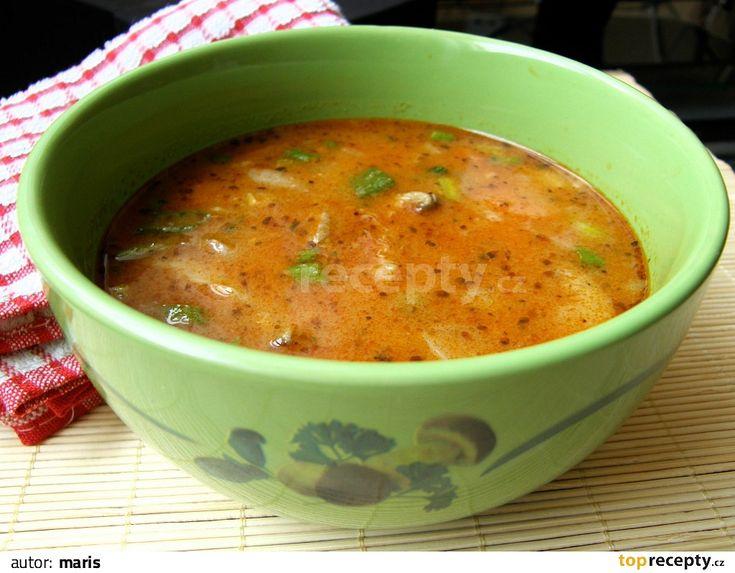 Jemně nakrájenou cibuli zpěníme na oleji, přidáme na nudličky pokrájenou hlívu a mrkev. Necháme krátce osmažit, přisypeme mouku a papriku (část...