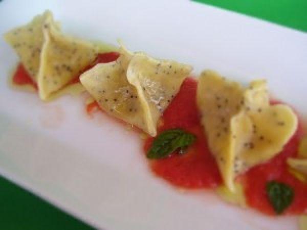 Fagottini ai semi di papavero con patate e cipolla di Tropea