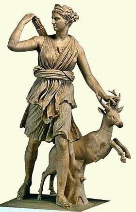 Un dieu de la mythologie grec: Artémis déesse associée à la Lune -330 av J-C. Ses attributs sont la biche, l'arc en or, le carquois, les flèches et le croissant de lune. Elle a comme monture un cerf.