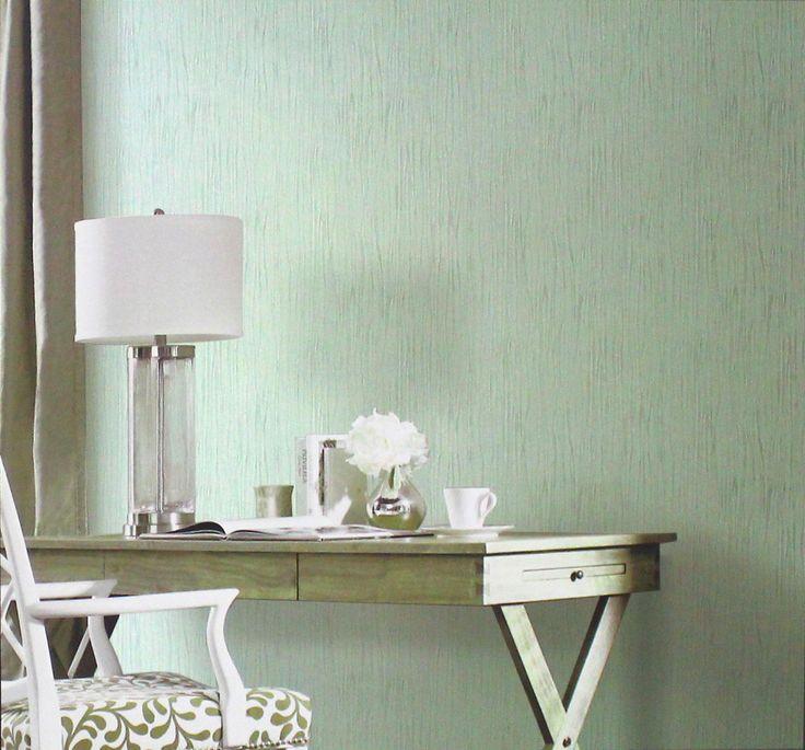 O papel de parede com textura também é uma boa opção para decorar escritórios ou áreas comuns, deixando a decoração bastante harmoniosa, sem exigir muitos itens e acessórios. O papel de parede com efeito de amassado tem textura suave, que complementa a decoração de forma discreta, e a cor verde traz tranquilidade e frescor ao ambiente.
