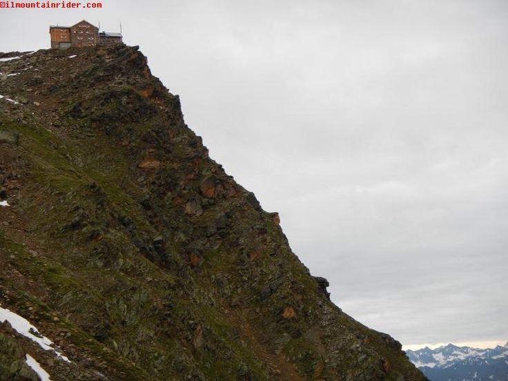 Il rifugio Ramolhaus 3006 mt è un nido d'aquila adagiato sopra una ripidissima rupe
