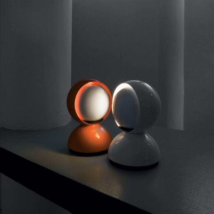 Luminaria de mesa de luz directa, para interiores. Fabricada en aluminio. Diseño de Vico Magistretti.