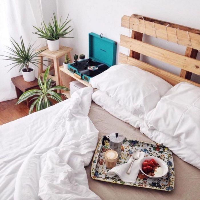 idée de chambre a coucher retro campagne chic, longe de lit blanc et gris, tete de lit a faire soi meme en palette bois clair, plantes vertes