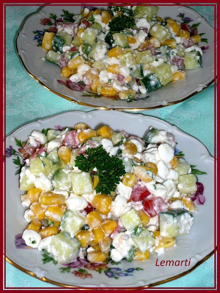 Kukuřičku scedíme, okurku, papriku a rajče nakrájíme na malé kostičky. Do misky dáme cottage, zeleninu osolíme, opepříme a přidáme nasekanou...