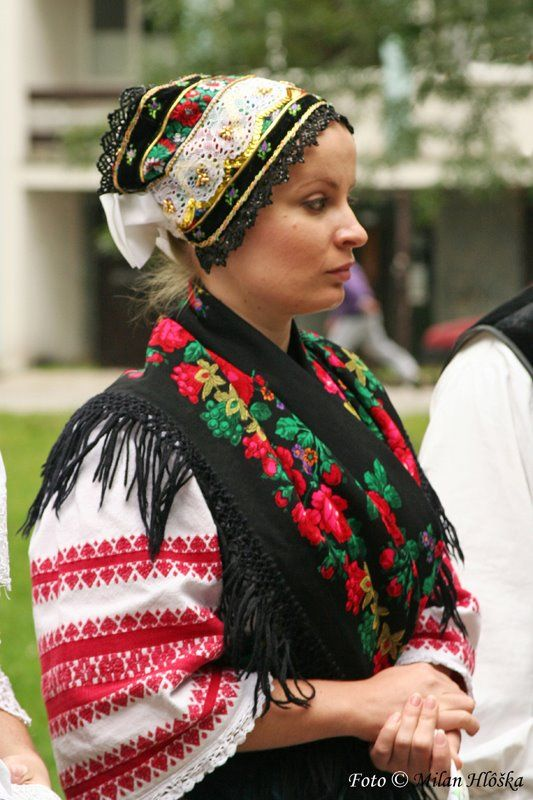 dokudoki:  Female folk costumes from Western Slovakia.