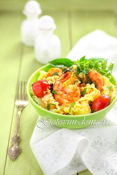 Рецепт: Паста с креветками, базиликом и помидорами