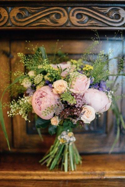 Pivoine violette en bouquet de mariage